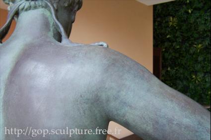 Réparation d'une reproduction de la Vénus d'Arles